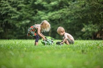 kinderen spelen op de natuurcamping Distelheide